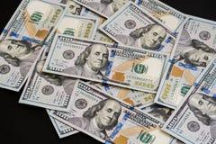 Um grande número cem-dólar novo desintegrou cem notas de dólar dos E.U. Para o espaço do fundo e da cópia Imagens de Stock Royalty Free