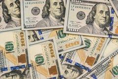 Um grande número cem-dólar novo desintegrou cem notas de dólar 100 dos E.U. Para o espaço do fundo e da cópia Fotografia de Stock Royalty Free