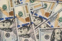 Um grande número cem-dólar novo desintegrou cem notas de dólar dos E.U. Para o espaço do fundo e da cópia Fotos de Stock Royalty Free