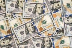Um grande número cem-dólar novo desintegrou cem notas de dólar dos E.U. Para o espaço do fundo e da cópia Fotos de Stock