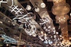 Um grande número lâmpadas do teto fotos de stock royalty free