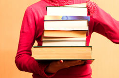 Um grande número livros nas mãos Fotos de Stock