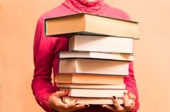 Um grande número livros nas mãos Imagens de Stock