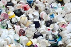 Um grande número tampões das latas da pintura do aerossol para grafittis Manchado com os bocais coloridos da pintura encontre-se  Imagens de Stock