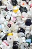 Um grande número tampões das latas da pintura do aerossol para grafittis Manchado com os bocais coloridos da pintura encontre-se  Foto de Stock
