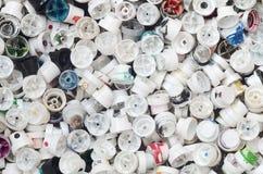 Um grande número tampões das latas da pintura do aerossol para grafittis Manchado com os bocais coloridos da pintura encontre-se  fotos de stock royalty free