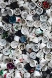 Um grande número tampões das latas da pintura do aerossol para grafittis Manchado com os bocais coloridos da pintura encontre-se  foto de stock royalty free