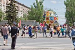 Um grande número turistas podem sobre 9, cruz dos povos a estrada no th Fotos de Stock Royalty Free