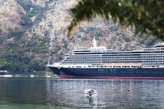 Um grande navio chega fotografia de stock