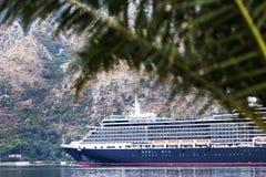 Um grande navio chega imagens de stock royalty free