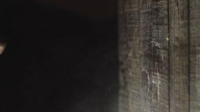 Um grande plano das mãos envolveu nas ataduras esse encaixotamento a parede de madeira boxing filme