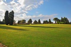 Um grande prado verde no parque fotos de stock