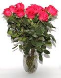 Um grande ramalhete das flores está em um vaso enorme imagem de stock royalty free