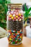 Um grande recipiente com doces coloridos com uma tampa do apertado-encaixe doces Imagens de Stock