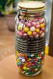 Um grande recipiente com doces coloridos com uma tampa do apertado-encaixe doces Fotos de Stock Royalty Free