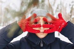 Um grande retrato de uma menina em luvas vermelhas com olhos expressivos dentro imagem de stock