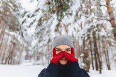 Um grande retrato de uma menina em luvas vermelhas com olhos expressivos dentro imagem de stock royalty free