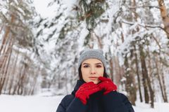 Um grande retrato de uma menina em luvas vermelhas com olhos expressivos dentro imagens de stock