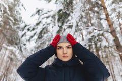 Um grande retrato de uma menina em luvas vermelhas com olhos expressivos dentro fotografia de stock royalty free