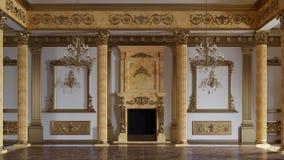 Um grande salão com colunas em um estilo clássico video estoque