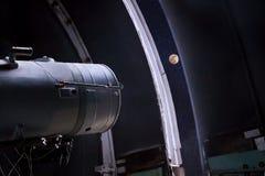Um grande telescópio no obervatório fotografia de stock royalty free
