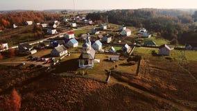Um grande templo no centro de uma vila pequena video estoque