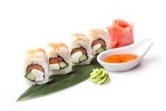 Um grupo apetitoso fresco de rolos de sushi com camarão apresentados em uma folha da banana Foto de Stock