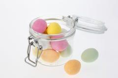 Ovos de chocolate coloridos no frasco de vidro Foto de Stock