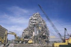 Um grupo da demolição que rasga para baixo restos de um bui foto de stock