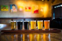 Um grupo da variedade de luz e de obscuridade das cervejas do ofício foto de stock royalty free