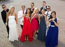 Um grupo de adolescentes no baile de finalistas que levanta para uma foto Fotos de Stock Royalty Free