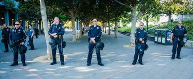 Um grupo de agentes da polícia no terreno de Uc Berkeley imagens de stock