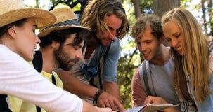 Um grupo de amigos do moderno que apontam mapas video estoque