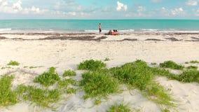 Um grupo de amigos em uma praia branca tropical da areia de Isla Blanca, México filme