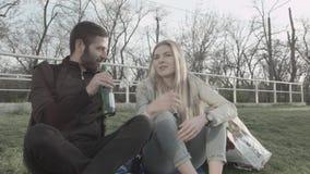 Um grupo de amigos no parque tem uma boa estadia O louro entrega a garrafa a seu noivo e põe sua cabeça sobre a sua filme