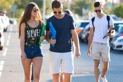 Um grupo de amigos que falam na rua após a classe Imagens de Stock
