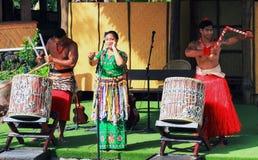 Um grupo de anfitriões tonganeses executa para audiências imagens de stock