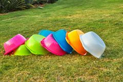 Um grupo de bacias coloridas para bolhas de sab?o de corrida imagens de stock