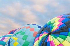 Um grupo de balões de ar quente coloridos que estão sendo inflados na festa internacional do Ballon em Albuquerque, New mexico foto de stock royalty free