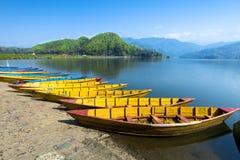 Um grupo de barcos de madeira de Nepal no lago Begnas foto de stock royalty free