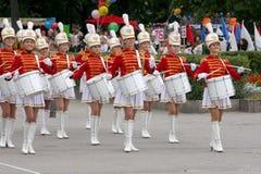 Um grupo de bateristas dos majorettes das moças Foto de Stock