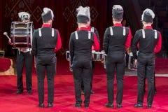 Um grupo de bateristas executa em um concerto bateristas na arena do circo fotografia de stock