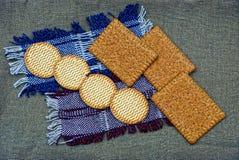 Um grupo de biscoitos e de biscoitos em um guardanapo de lãs Fotos de Stock
