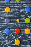 Um grupo de botões de vidro coloridos para a roupa Foto de Stock