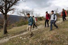 Um grupo de caminhantes explora trajetos da montanha Imagens de Stock