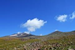 Um grupo de caminhantes que trekking nas montanhas Fotografia de Stock