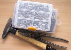 Um grupo de chaves de fenda isoladas no fundo de madeira Foto de Stock