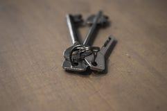 Um grupo de chaves pequeno na tabela Fotografia de Stock