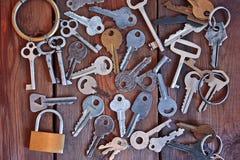 Um grupo de chaves velhas em uma tabela de madeira Fotografia de Stock Royalty Free