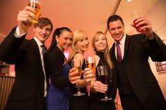 Um grupo de cinco amigos que comemoram Fotografia de Stock